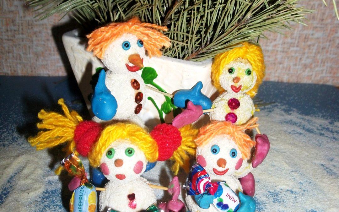 Новогодняя поделка веселые снеговики